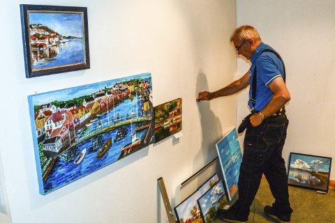 Jens Vinner er i ferd med å henge opp bilder til utstillingen på Berg-Museum som åpner i morgen.