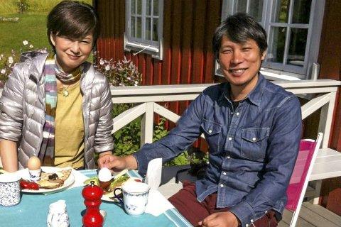 Kragerø Kunstforening åpner sommerens utstillinger med den japanske kunstneren Hiroharu Mori. Til venstre hans kone Hiroko.