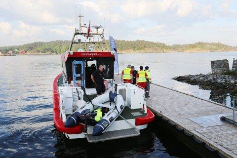 Redningsskøyta UNI Kragerø kommer inn med mannen som forliste 10 nautiske mil utenfor Risør. (Foto: Stig Sandmo)