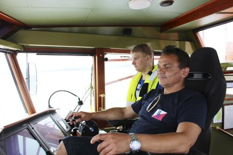LOSBÅTEN: Losbåtfører Terje Valmestadrød med Kenneth Valseth Molvær som matros. Her er de på vei ut til Langesundsbukta for å hente en los som har ført et bulkskip fra Kragerø.