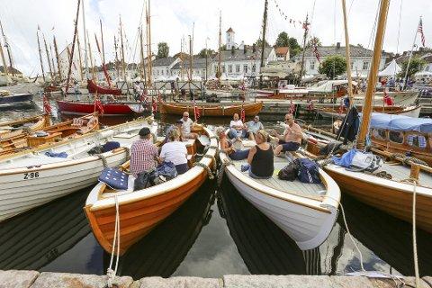 Stappfullt: Det er ikke plass til én eneste båt til under årets utgave av Risør Trebåtfestival. Her koser folk seg på fjorårets festival. (Arkivfoto: Stig Sandmo)