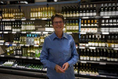 DYRERE: Butikksjef Ågot Evensen forteller at polutsalget i Kragerø selger mer dyr vin til mer enn 500 kroner om sommeren. (Arkiv)