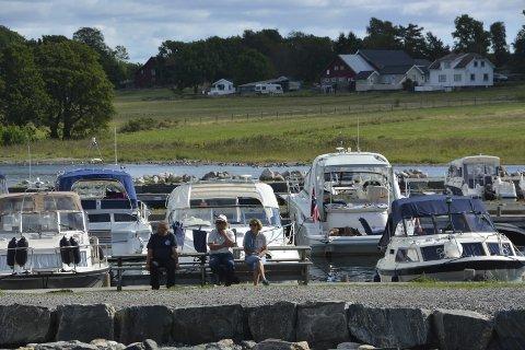 Tett i tett: I juli lå båtene tett i tett ved gjestehavna ved Tårnbrygga på Jomfruland.
