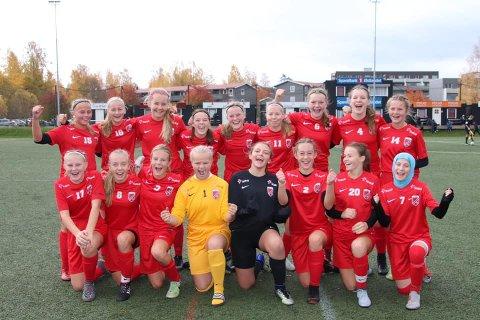 Jubler: Det sammensatte laget etter de vant den første kampen. Bak: Kamilla Ahlbom (Sundjordet), Marie Apeland (Urædd), Kamilla Bruhjell (Flekkefjord), Milla Baumeler Isaksen, Ella Isaksen Opkvitne, Hannah Hjallum, Tiril Kvåle (Hei), Guro Vala (Snøgg), Aurora Wallestad (Fossum). Foran: Anne Beitdokken (Urædd), Idun Kydland (Gimletroll), Hannah Meberg (Lyngdal), Anikken Ditlefsen (Sundjordet), Ronja Egeland (Flekkefjord), Iben Baugstø Lier, Hanna Grødem (Lyngdal) og Rajana Tsugajeva.