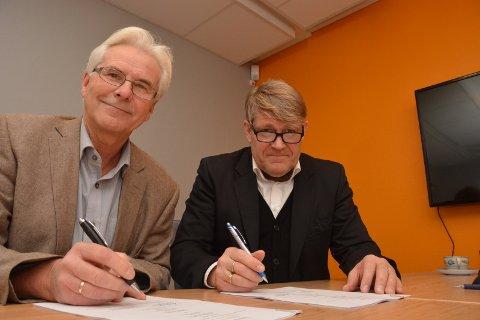 AVTALE: Rådmann i Drangedal, Jørn Chr. S. Knudsen (til venstre) og banksjef i Drangedalsbanken, Kjell Nærum underskriver en ny hovedbankavtale for de kommende tre årene.