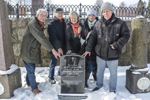 Nytt gravminne: Bergvennene har fått på plass et nytt gravminne over Knut Knutsen. Håkon Okkenhaug (til venstre), Arnfinn Jensen, Jorid Okkenhaug, Dagny Karlander og Kai Køhler har vært sentrale for å få gravsteinen på plass.