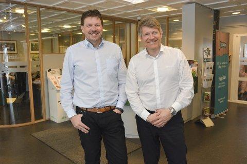 Stråler: Assisterende banksjef Bjørn Kollane og banksjef Kjell Nærum er veldig fornøyd med resultatene for Drangedal Sparebank i 2017.