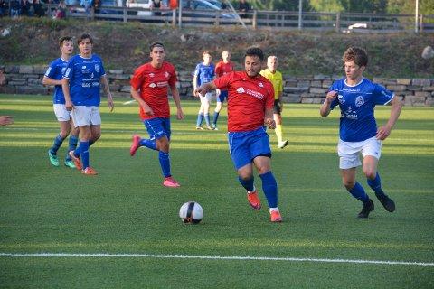Måljeger Pavlicu Inocentiu scoret for andre kamp på rad etter hjemkomsten til Drangedal. Her i kamp med Lars Sandvik Sulesund i lokaloppgjøret mot Sannidal.