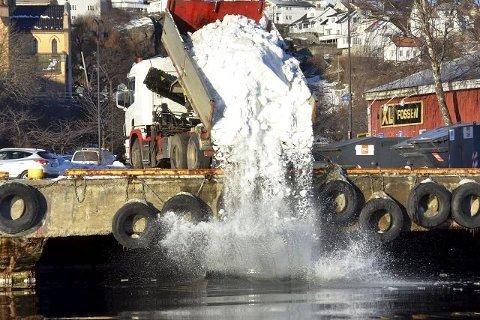 FORTSETTER? Kommunen vil fortsette praksisen med dumping av snømasser i sjøen, fram til det er gjort en undersøkelse av hvilke miljøkonsekvenser dette har. (Arkivfoto)