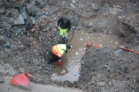BRUDD: Mye masse ble fjernet for å avdekke bruddet i vannledningen i Årøbukta. I gropa Stig Norheim og Knut Waasjø.  Per Eckholdt