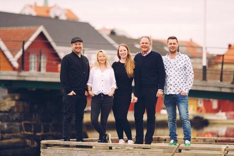 """Personene bak musikkfestivalen Kragerøfest er Espen """"Dansken"""" Selvig (fra venstre), Rebecca Medbøe, Henriette Aaberg, Per Andreas Sveum og Audun Solbekk. Henrik Bergesen var ikke til stede da bildet ble tatt."""