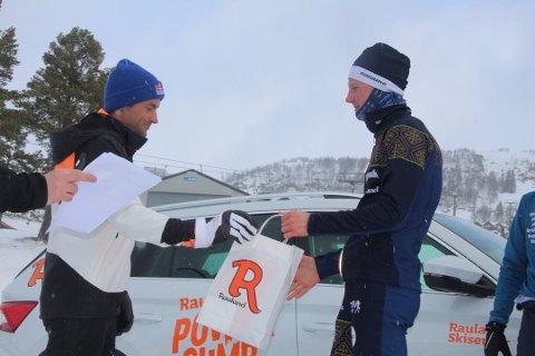 PREMIEUTDELING: Skiløperen Even Kristoffersen mottar premien fra den abdiserte skikongen Petter Northug etter motbakkeløpet på Rauland lørdag. (Foto: Terje Bakke)