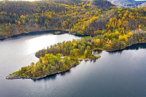 PRIVAT HALVØY: Den 27.000 kvadratmeter store eiendommen ligger skjermet midt mellom Stabbestad og Kragerø.