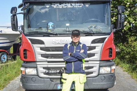 RENOVATØR: Morgan Martini (40) er en av renovatørene som har Jomfruland som rute. Om sommeren hentes det søppel på øya to ganger i uka. Klikk på pila eller sveip for å se flere bilder.