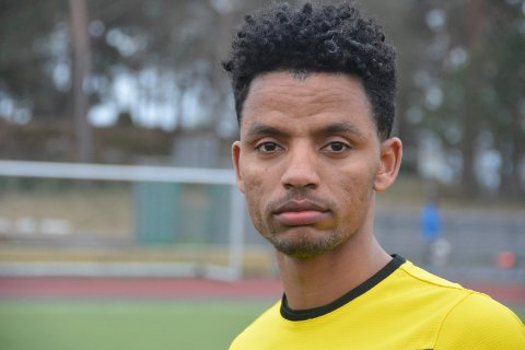 Ahmed Yassin Hamid skifter fra gul til mørkeblå drakt.