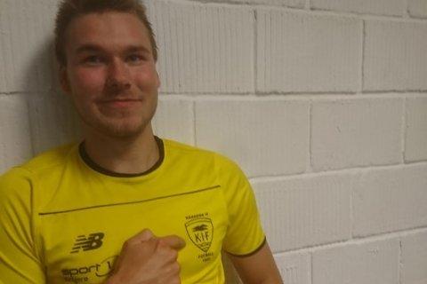 DOBBELT HATTRICK: Jonas Monrad Thoresen scoret dobbelt hattrick, det vil si, seks mål da Kragerø slo Sundjordet hele 10-0 i høstpremieren på bortebane.