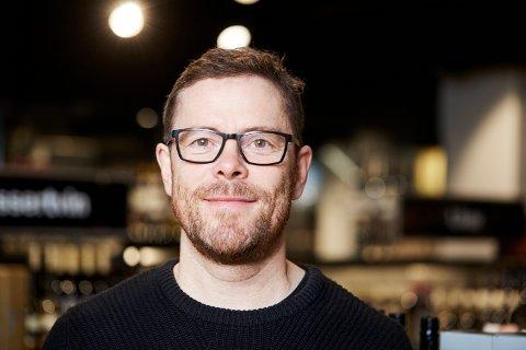 NEDGANG: Kommunikasjonssjef Jens Nordahl i Vinmonopolet forteller om redusert salg av alkoholholdige drikker fra polutsalget i Kragerø denne sommeren i forhold til fjorårets sommer.