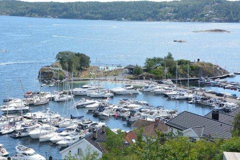KORONAREGLER: Det er i prinsippet ikke tillatt med mer enn en båt i bredde «long side» i gjestehavna ved Gunnarsholmen.