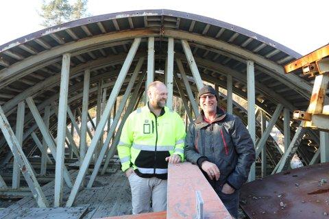 SMÅGNAGERNE: Kjell Ivar Thoresen (til venstre) og Rolf Inge Haugholt foran tunnelvogna som har vært med å løfte Gjerstad-bedriften opp til å bli  Norges største på tunnelportaler. – Vi er små, men samtidig store. Noen kaller oss bare for smågnagerne, ler de to.
