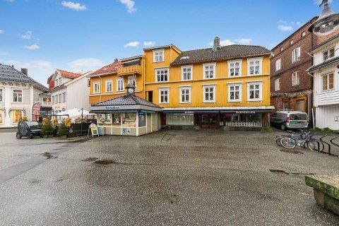 NESTEN FIRE MILLIONER: Storgata 5, bedre kjent som Gofjell-gården, er lagt ut for salg for knappe fire millioner kroner.