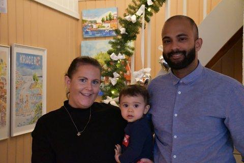 KLAR FOR JUL: Emma Sten Rowlands, Emilian Narun Rowlands Balendran og Piranavann Balendran er klare for jul.