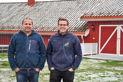 Andrew og sønnen Petter Howatson på utsiden av det gamle grisehuset. Låvebroa er i dag inngang til et stort og flott selskapslokale.