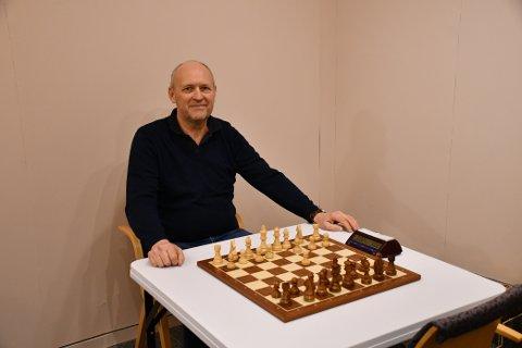 GLAD I SJAKK: Truls Jørgensen ved Kragerø Sjakklubb er glad i sjakk, og forteller at det har vært stor pågang på Kragerø Resort Chess turneringen.