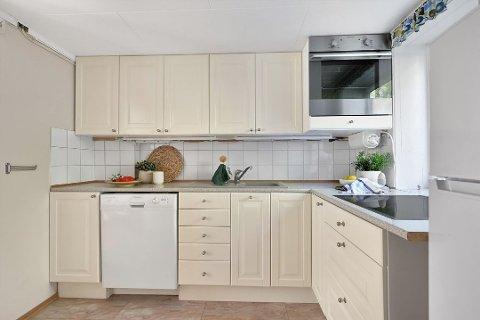 Slik ser altså kjøkkenet ut. Har du en skammel, så bør det være null stress å lage mat på dette kjøkkenet. Foto: Kristian T. Bollæren / Krogsveen