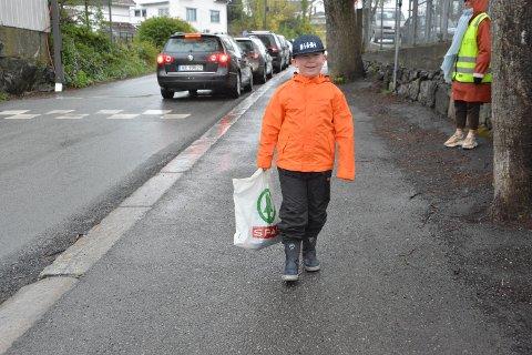 GLEDET SEG: 1. klassingen Marius Lundstuen Forsjord var en av mange som gledet seg til å treffe klassekamerater igjen da Kragerø skole åpnet for 1. til 4. klasse mandag morgen.