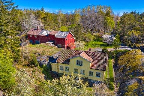 TIL SALGS: Denne eiendommen ved Ellingsvika er lagt ut til en prisantydning på 1,3 millioner. Klikk på pila eller sveip for å se flere bilder.