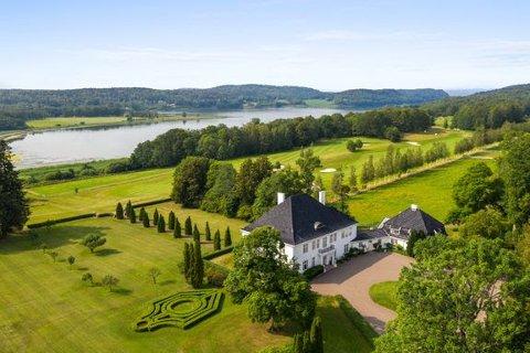 GOLF: Du får en golfbane med på kjøpet og du kan drive med trofejakt på rådyr. Prisantydningen er 95 millioner. Foto: Landkreditt Eiendom / Inviso