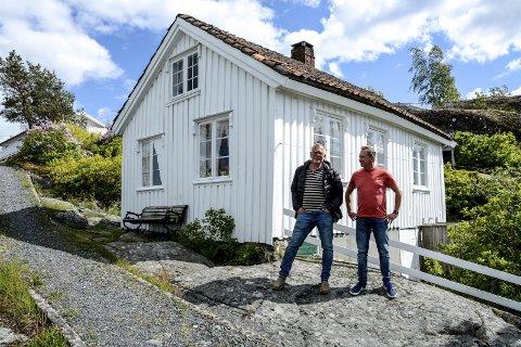 Arve til venstre og broren, Morten Lindvig foran den lille arbeiderboligen som «flyttet» til Furuholmen rundt 1870. Klikk på pila eller sveip for å se flere bilder.
