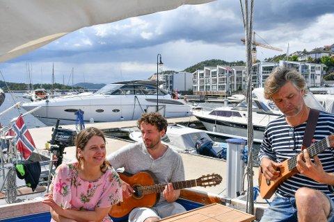 KONSERT: Turid Vatne, Brynjar Bøe og Allister Kindingstad har også holdt spontan konserter på båten for de andre båtgjestene. Kontrabassist Jøren Hals Todalshaug var ikke tilstede.