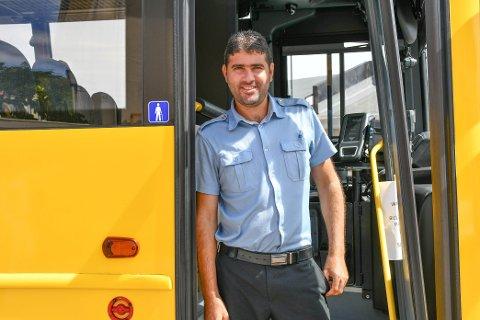 FORNØYD MED KORONATILTAK: Selv om Buraq Ahmed Almohamad har vært noe redd for å kjøre, synes han at tiltakene har vært gode.
