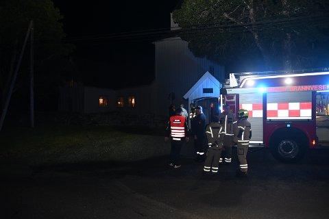 KONTROLL: Kragerø brannvesen utenfor Sannidal kirke torsdag kveld.