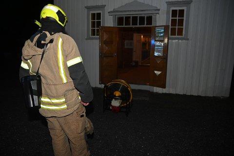 BRANNALARM: Brannvesenet fikk kjapt kontroll på situasjonen i Sannidal kirke torsdag kveld.