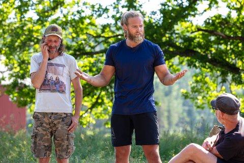 """Oppgitt: Lasse Matberg var lite fornøyd med enkelte av de andre deltakerne i søndagens episode av """"Farmen kjendis"""" på TV2. Her med tvekamp-motstander Thomas Felberg til venstre, og Espen Thoresen til høyre i bildet."""