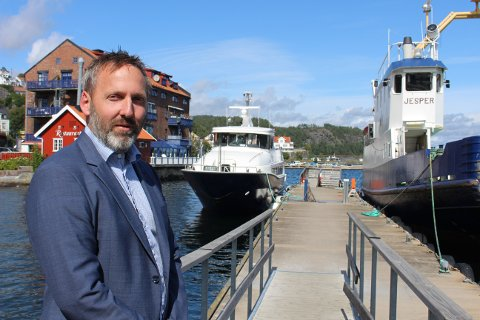 KRAGERØ-BREVIK: Borgar Slørdal her i Kragerø med hurtigbåten «Perlen» og bilferga «Jesper» i bakgrunnen. Han er daglig leder i både Kragerø Fjordbåtselskap IKS og Brevik Fergeselskap IKS som nå skal inn i en prosess med sammenslåing til ett fergeselskap.