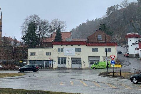 Gamle Hagens Auto skal rives, og håpet var å få jevnet bygningen med jorden før sommeren.