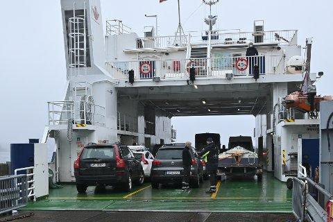 Trafikk: MF «Kragerø» var nesten full av kjøretøy da den la ut fra Kragerø til blant annet Jomfruland i ettermiddag.