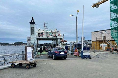 SMEKK FULL: Storferja MF «Kragerø» ble fylt til randen med biler da ferja reise til Gumøy og Jomfruland like før klokka 15.30 onsdag ettermiddag.