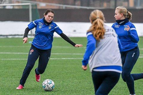 Milla Baumeler Isaksen (t.v.) ser fram til å trene sammen med det sveitsiske landslaget for 17-åringer.