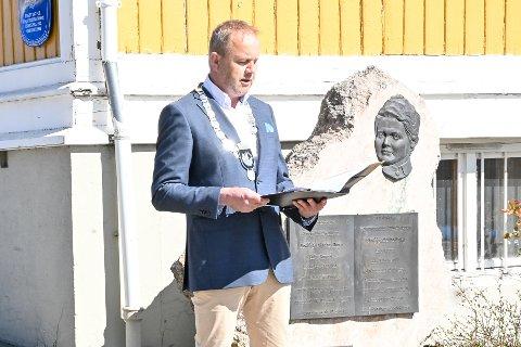 Talte: Ordfører Grunde Wegard Knudsen talte ved minnesmerke over Bodil Biørn.