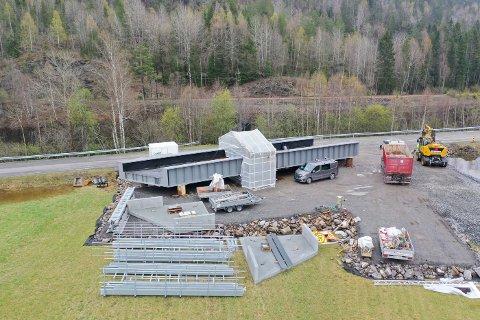 NY BRU: De to brudelene, som sammen veier 108 tonn, ble sveiset sammen på stedet.