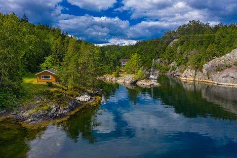 Den idylliske plassen på Helle er fortsatt mulig å kjøpe.