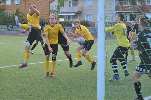 Kaptein Ola Fosso Jørgensen gir Kragerø 1-0 ledelse da laget hans vant hele 8-0 mot Sauherad.