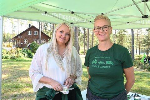 TOPPKANDIDAT: Stortingsrepresentant for Senterpartiet, Åslaug Sem-Jacobsen gjestet Drangedal, her sammen med Stina Anlaug Sætre fra Drangedal.