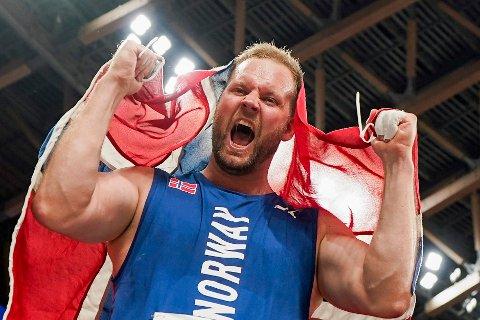 Eivind Henriksen jubler etter sølv under finalen i slegge på Olympic Stadion  i Tokyo.