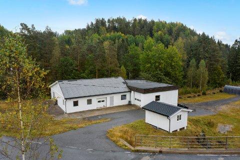 Dette næringsbygget/verkstedet i Farsjø er lagt ut for salg.
