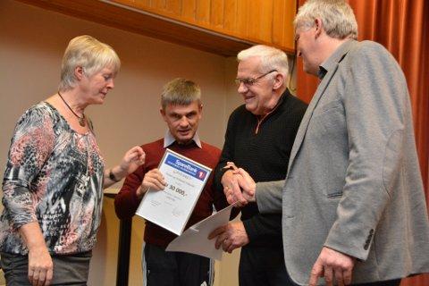 Leif Inge Heimvik (nummer to frå venstre) takka for pengegåva til Sikval med å framføra to songar i Kulturhuset Husnes.